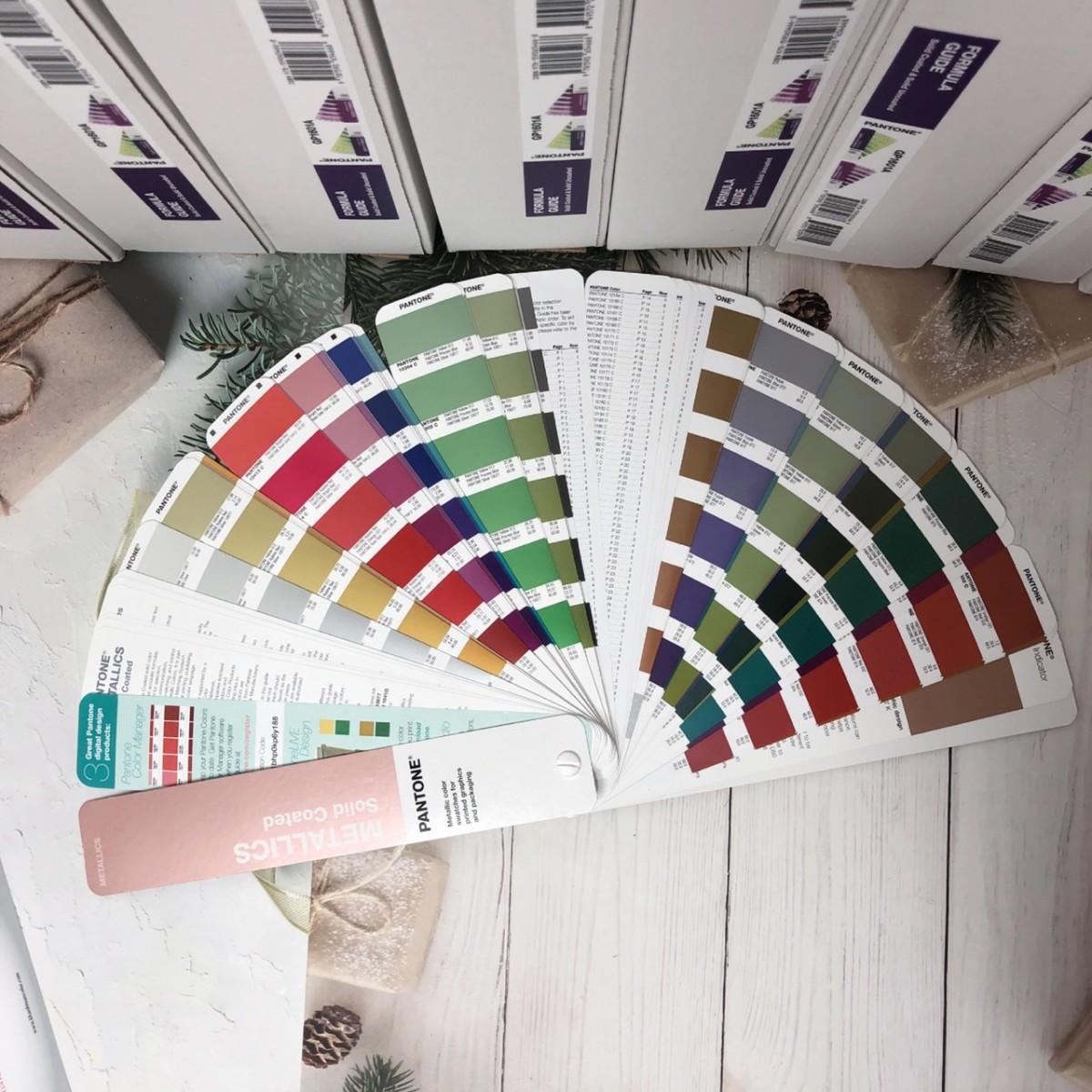 đặc điểm màu sắc của bộ bảng màu pantone c metallics guide gg1507a 2020
